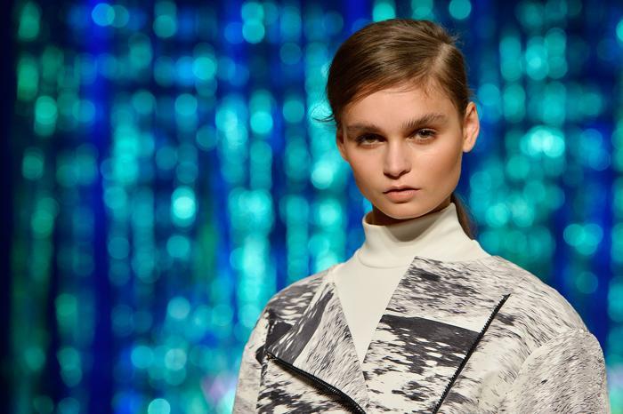 Вчера, 23 августа 2013 года, состоялся третий день Фестиваля моды Mercedes-Benz 2013 в здании Сиднейского муниципалитета. Модели дефилировали по подиуму, облачённые в самые лучшие наряды от австралийских дизайнеров. Фото: Stefan Gosatti/Getty Images