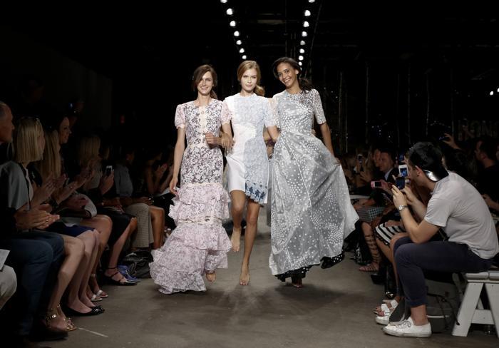 5 сентября, прошёл модный показ Honor во время осенней нью-йоркской Недели моды в центре искусств Eyebeam в Нью-Йорке, США. Итальянский дизайнер Джованна Рэндалл представила свою новую коллекцию. Фото: Brian Ach/Getty Images