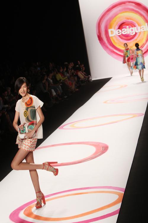 Испанский бренд Desigual представил свою новую коллекцию Весна 2014 года на Неделе моды Mercedes-Benz в театре «Линкольн-центр» 5 сентября 2013 года в Нью-Йорке, США. Фото: MEHDI TAAMALLAH/AFP/Getty Images