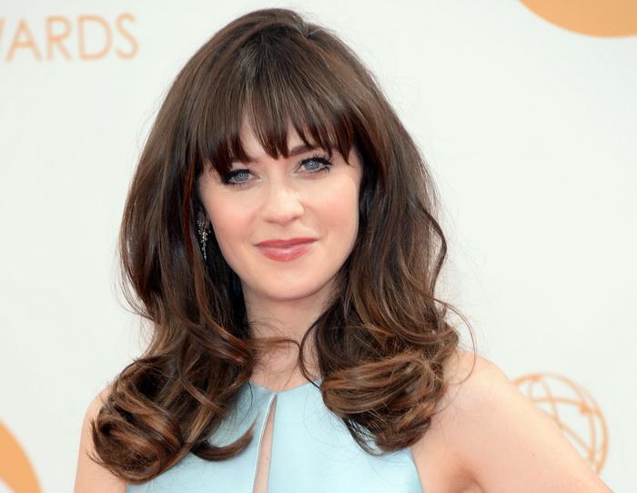 Зоуи Дешанель. Прекрасные звёздные дамы продемонстрировали свои стильные причёски и укладки на красной ковровой дорожке  65-й ежегодной церемонии вручения премии «Эмми», проходившая в театре «Нокиа» 22 сентября 2013 года в Лос-Анджелесе, США. Фото: Jason Merritt/Getty Images