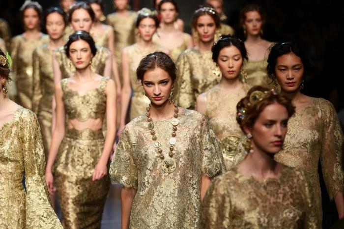 Модели в золоте на показе Dolce & Gabbana на неделе моды в Милане. Фото: Vittorio Zunino Celotto/Getty Images
