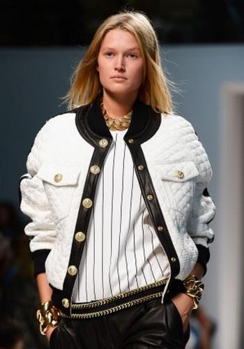 Элегантная куртка «пилот» на показе  Balmain на неделе моды в Париже. Фото:  Pascal Le Segretain/Getty Images