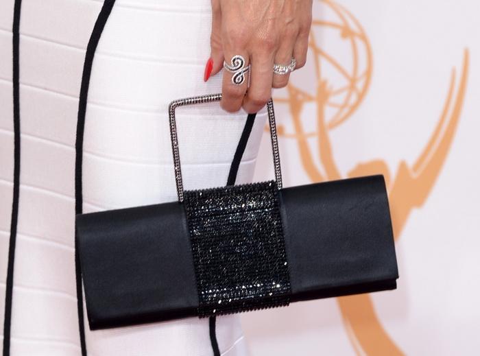 Голливудские звёзды, по традиции пройдясь по красной ковровой дорожке, продемонстрировали свои модные аксессуары на 65-й ежегодной церемонии вручения премии «Эмми» 22 сентября в Лос-Анджелесе, США. Фото: Jason Merritt/Getty Images