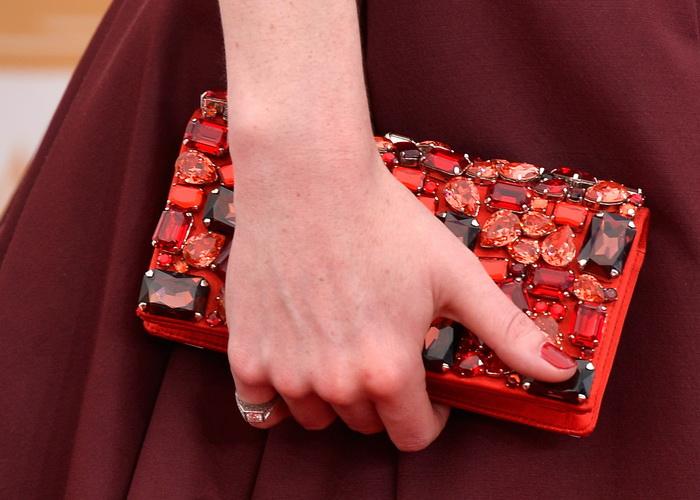Голливудские звёзды, по традиции пройдясь по красной ковровой дорожке, продемонстрировали свои модные аксессуары на 65-й ежегодной церемонии вручения премии «Эмми» 22 сентября в Лос-Анджелесе, США. Фото: Frazer Harrison/Getty Images