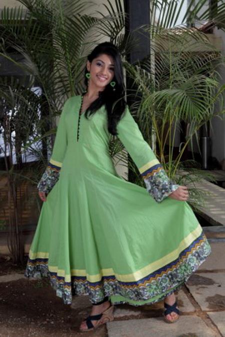 Индийская девушка одета в платье Анаркали. Национальное платье Анаркали очень нравится индийским женщинам в дни свадьбы. На нижнее платье надевается верхнее платье с длинными мягкими складками, которые при вращении поднимаются и опускаются вокруг ног как зонтик, платье носят с обтягивающими брюками. Фото: Lakiru