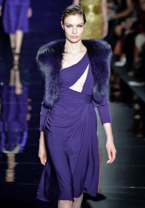 Модель дефилирует по подиуму в платье фиолетового цвета от ливанского дизайнера Рим Акра (Reem Acra) в рамках показа Mercedes-Benz Fashion Week Fall 2014 в Линкольн-центре. 10 февраля 2014 года,  Нью-Йорк. Фото: Albert Urso/Getty Images for Mercedes-Benz Fashion Week