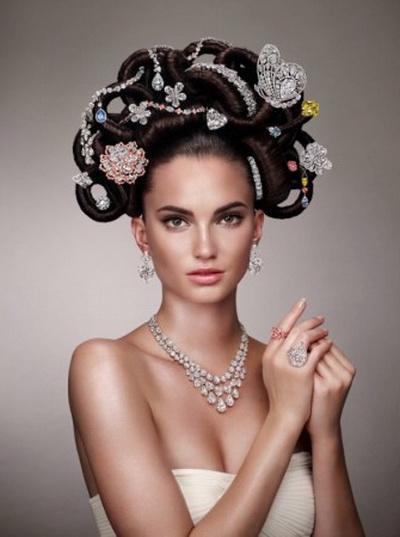 Причёска Hair & Jewel, созданная Имоном Хьюзом  это копия причёски из рекламной компания 1969 г. Для неё использовались  украшения фирмы Graff Diamonds. Фото: David Slijper/Graff Diamonds