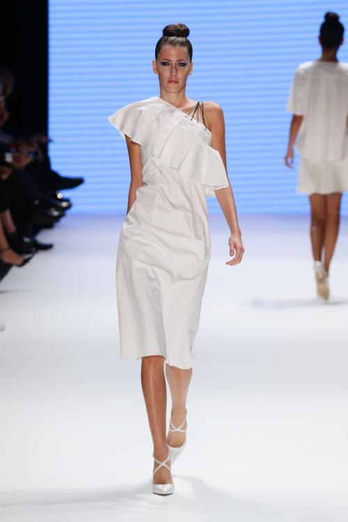 Модели, облачённые в одежду из весенне-летней коллекции модного турецкого бренда Kaf Dan By Elaidi, дефилировали по подиуму 7 октября 2013 года на Неделе моды Mercedes-Benz в Стамбуле (Mercedes-Benz Fashion Week Istanbul). Фото: Vittorio Zunino Celotto/Getty Images for IMG