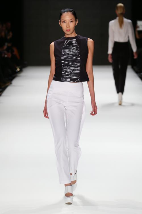 Модели демонстрируют весеннюю и летнюю коллекции одежды, представленные известным турецким дизайнером Ayhan Yetgin на Неделе моды Mercedes-Benz 7 октября 2013 года в Стамбуле, Турция. Фото: Vittorio Zunino Celotto/Getty Images for IMG