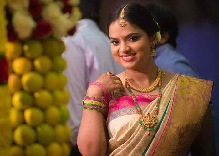 Индийская девушка, наряженная в шёлковое сари и традиционные драгоценности для свадьбы. Фото:Lakiru