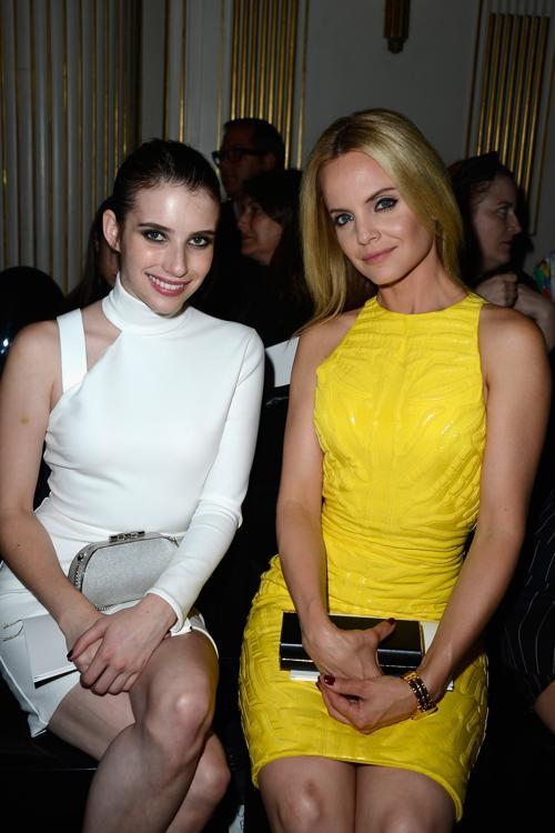 Эмма Робертс (л) и Мена Сувари посетила показ Versace на Неделе высокой моды в Париже 1 июля 2013 года. Фото: Pascal Le Segretain/Getty Images