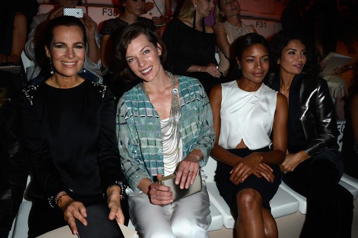 Милла Йовович посетила показ Giorgio Armani осень-зима 2013/2014 прошёл на Неделе высокой моды в Париже. Фото: Pascal Le Segretain/Getty Images