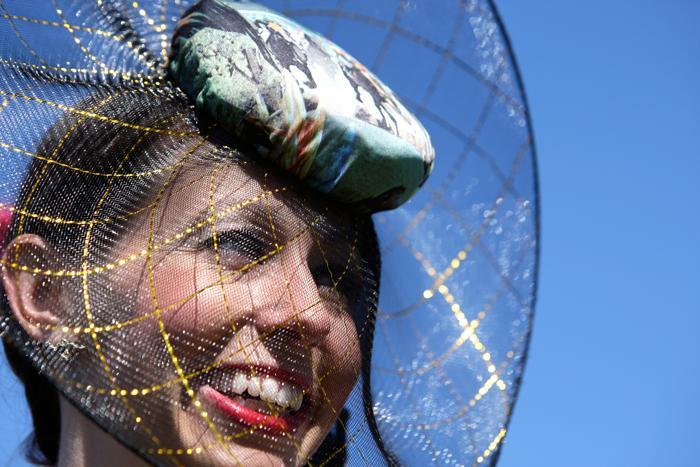 Модные шляпы и аксессуары продемонстрировали светские дамы на скачках за Кубок Мельбурна 4 ноября 2013 года. Фото: Lisa Maree Williams/Getty Images for the VRC