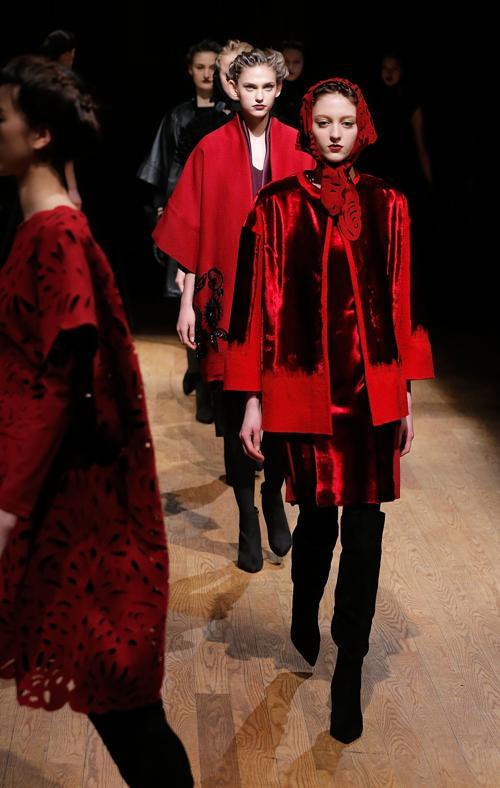 Американский дизайнер филиппинского происхождения Джоси Натори представила женскую коллекцию осень-2014 своего Дома моды Josie Natori в Нью-Йорке. Фото: Jemal Countess/Getty Images