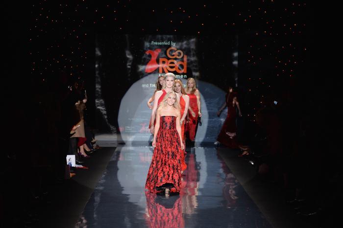 Анна-София Робб в платье от Alice + Olivia и другие знаменитости представили красные платья от ведущих модельеров мира на благотворительном показе Недели моды в Нью-Йорке 6 февраля. Фото: Frazer Harrison / Getty Images
