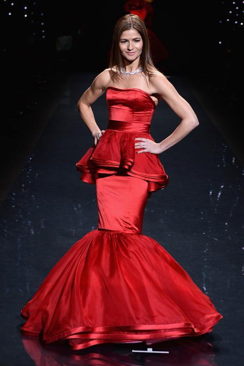 Джилл Хеннесси прошлась по подиуму в скульптурном красном платье Dennis Blasso на благотворительном показе Недели моды в Нью-Йорке 6 февраля. Фото: Frazer Harrison / Getty Images