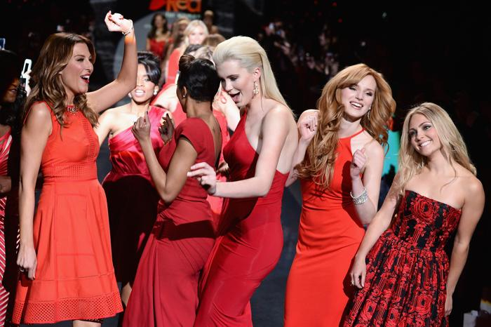 (п-л) Анна-София Робб, Белла Торн, Айрленд Болдуин и другие знаменитости представили красные платья от ведущих модельеров мира на благотворительном показе Недели моды в Нью-Йорке 6 февраля. Фото: Frazer Harrison / Getty Images