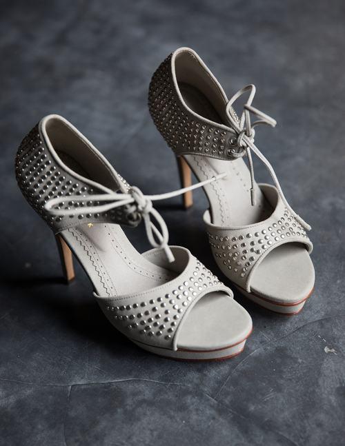 Дизайнер с мировым именем Ни Лух Аю Пертами представила обувь ручной работы высшего класса Niluh Djelantik. Фото: Agung Parameswara/Getty Images
