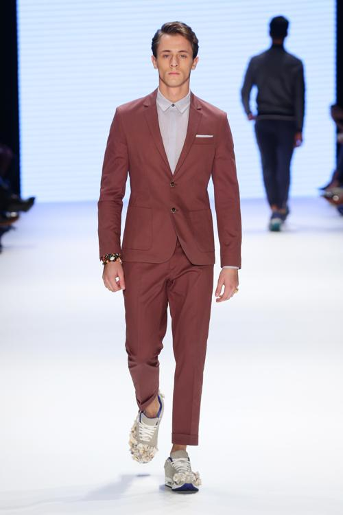 Модный турецкий бренд Serdar Uzuntas, специализирующийся на мужской одежде, представил 10 октября 2013 года новую коллекцию летнего сезона 2014 года на стамбульской Неделе моды. Фото: Vittorio Zunino Celotto/Getty Images for IMG
