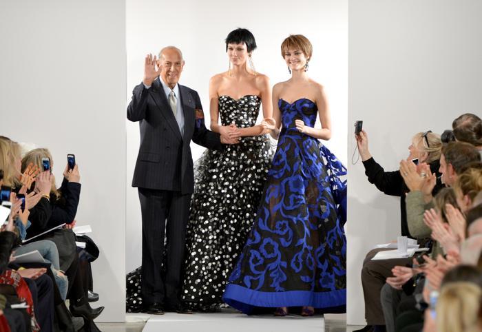 Оскар де ла Рента и Карли Клосс (в центре) на показе Oscar De La Renta 2014 в ходе нью-йоркской Недели моды 11 февраля 2014 года. Фото: Slaven Vlasic/Getty Images