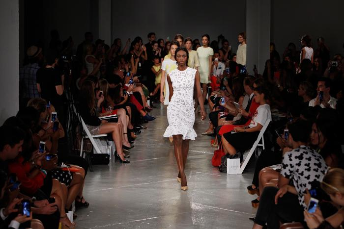Известный американский дизайнер мексиканского происхождения Роландо Сантана представил новую коллекцию Rolando Santana весна-2014 на Неделе моды в Нью-Йорке 11 сентября 2013 года. Фото: Mark Von Holden/Getty Images