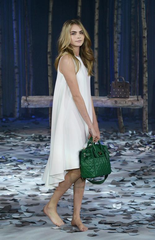 Известная модель Кара Делевинь 16 февраля провела показ коллекции сумок английского бренда Mulberry на Неделе моды в Лондоне. Фото: Samir Hussein/Getty Images for Mulberry
