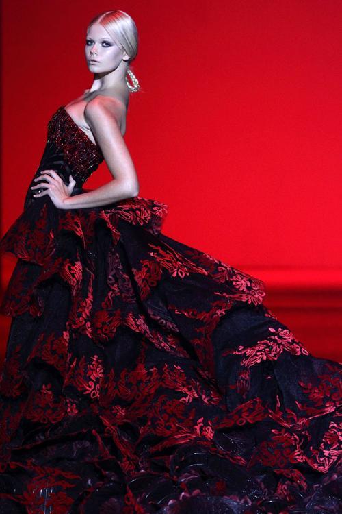Филиппинский модельер Михаил Синко, известный на весь мир своими роскошными кутюрными платьями, представил новую коллекцию Michael Cinco 2014 на восьмой день Недели моды на Филиппинах 16 октября 2013 года. Фото: Suhaimi Abdullah/Getty Images