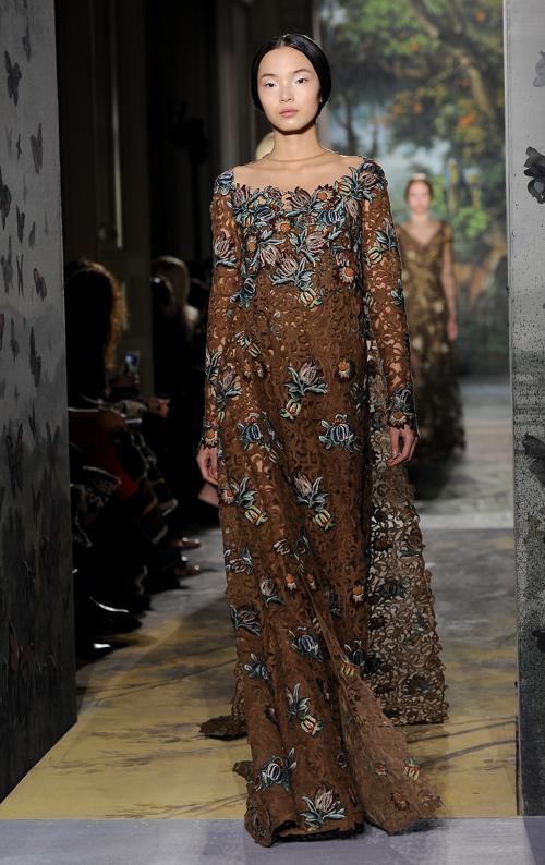 Дизайнеры известного бренда Valentino представили кутюрную коллекцию женских платьев осень-лето 2014 в рамках Недели высокой моды Парижа 22 января. Фото: Pascal Le Segretain / Getty Images