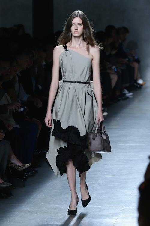 Итальянский дом моды Bottega Veneta, являющийся одним из мировых лидеров моды в области предметов роскоши, представил 21 сентября 2013 года коллекцию весна-лето 2014 на Неделе моды в Милане. Фото: Vittorio Zunino Celotto/Getty Images