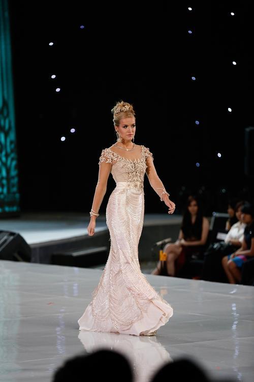 Представительница Англии вышла в финал в рамках международного конкурса красоты Мисс мира 2013 на индонезийском острове Бали 24 сентября 2013 года. Фото: Putu Sayoga/Getty Images