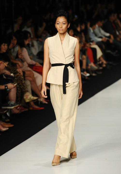 Модные коллекции одежды Востока известных дизайнеров представили на шестой день Недели моды 2014 в Джакарте 24 октября 2013 года. Robertus Pudyanto / Getty Images