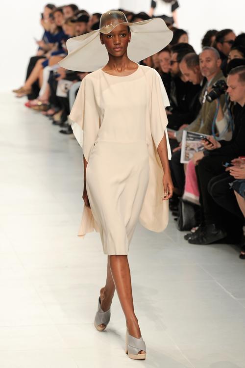 Модный британский дизайнер Хуссейн Чалаян представил новую женскую коллекцию одежды Chalayan весна-лето 2014 на парижской Неделе моды 27 сентября 2013 года. Фото: Kristy Sparow/Getty Images