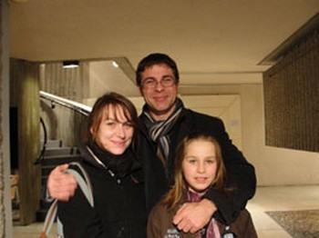 Гийом Жерар, его спутница Стефани Кассань с дочерью Матильдой которой в этот день исполнилось 11 лет, на представлении Shen Yun 9 марта 2011 в Клермон Ферране во Франции Фото: Люси Денг /The Epoch Times