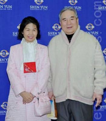 Ким Санг Хиван из Общества искусств Кореи с супругой Пат Ким, балериной и деятелем искусств на представлении Shen-Yun Performing Arts 22 января 2011. Фото: Ли Юн Йонг /The Epoch Times