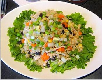 Жареный рис: курица и жареный рис с морковью, зеленой фасолью, черными бобами, кукурузой, сельдереем и черными грибами. Фото: Seven Seas Ресторан