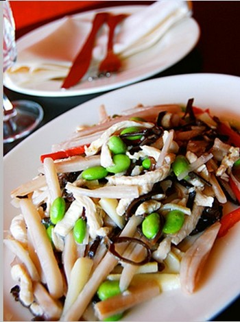 Курица: кусочки куриного филе с корнем лотоса, черными грибами и соевыми бобами. Фото: Seven Seas