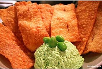 Хумус, как основное блюдо:  вместе с edamame, в него как главный компонент входит нут – турецкий горох. В качестве приправы - паста кунжута, тмин и чеснок.  Фото: Buncheduptv / flickr.com