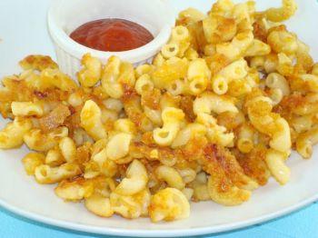 Жареные макароны с сыром — главное блюдо. Подавать с сальсой, соусом чили или кетчупом. (Сандра Шилдс / Великая Эпоха)