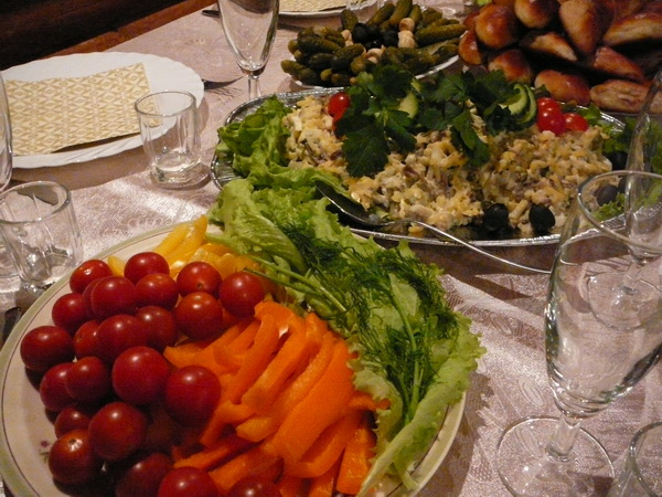 В Риге уже начались рождественские праздники. Свежие овощи и мясной салат с говядиной. Фото: Лариса Чугунова/Великая Эпоха/The Epoch Times