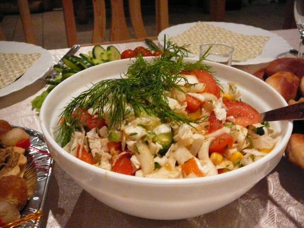 В Риге уже начались рождественские праздники. Салат из свежих огурцов, помидоров, китайской капусты и кукурузы. Фото: Лариса Чугунова/Великая Эпоха/The Epoch Times