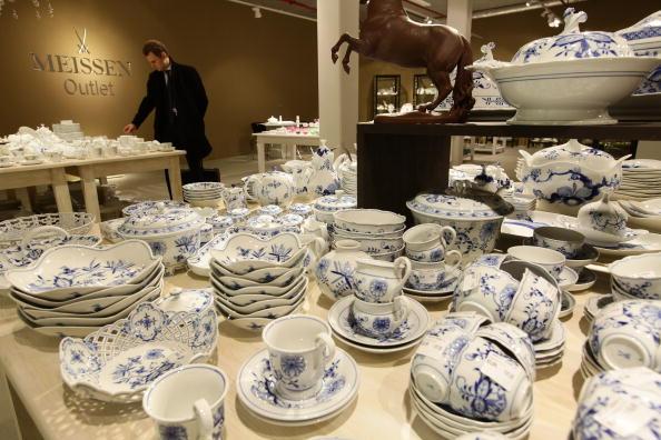 Покупатель выбирает столовую посуду среди мейсенского фарфора в магазине «Мейсен» в Дрездене, Германия, 19 января 2010 г. Фото: Sean Gallup/Getty Images