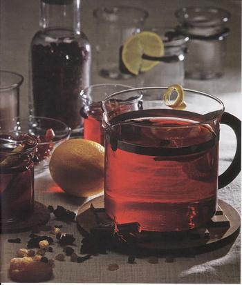 Горячий напиток из черноплодной рябины. Фото Гвидо Каена из книги Лолиты Шелвах «Кушанья Латвии».