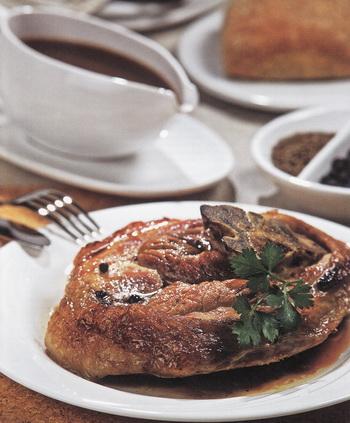 Свинина, запеченная в коричневом соусе. Фото: Гвидо Каена.
