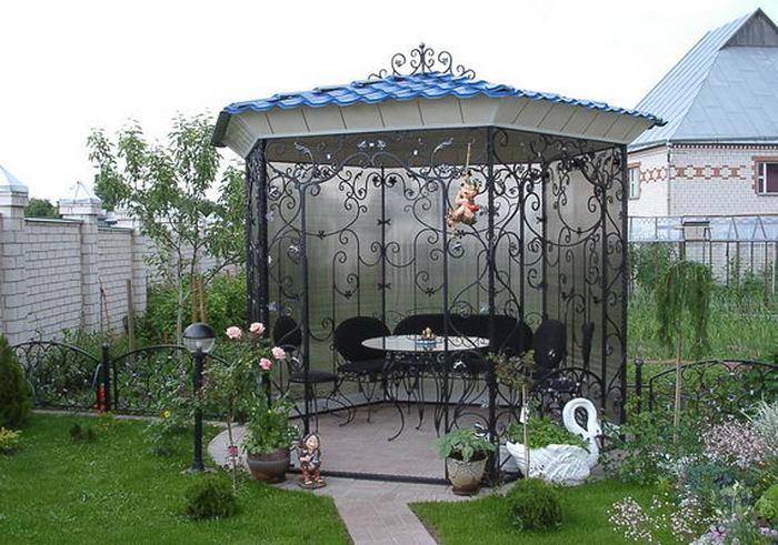 Беседка шестигранной формы с растительным орнаментом из кованых вензелей. Фото с сайта korolev-kovka.ru.
