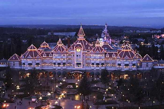Самый великолепный отель Парижского Диснейленда. Фото с сайта moymir2.ru