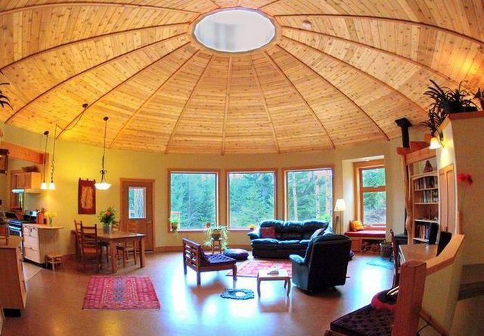 Дом Aspen 600 недалеко от г. Нельсон, Британская Колумбия, Канада, сочетает в себе экономичность и такие красивые детали, как отделанная деревом крыша. Фото: Brandon Knapp