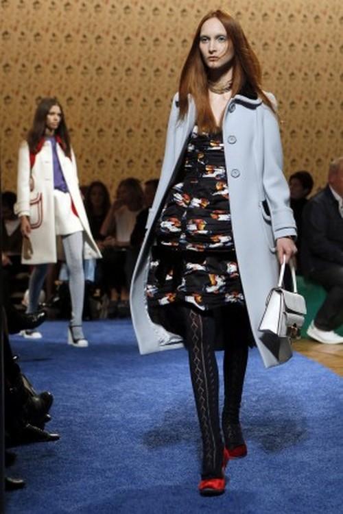 Пальто из весенней коллекции Miu на Неделе моды в Париже 2 октября 2013 г. Фото: PATRICK KOVARIK/AFP/Getty Images