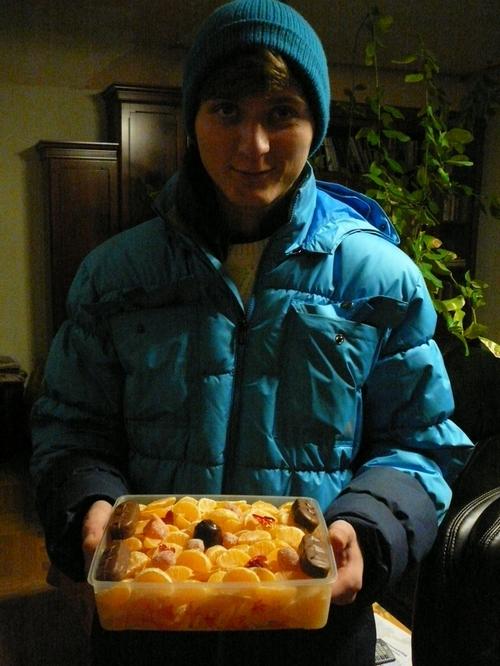 Прелесть простоты: «Я подумал, что лишних калорий тебе не захочется. Это дольки мандаринов, очищенных для тебя». Фото: Лариса Чугунова/Великая Эпоха (The Epoch Times)