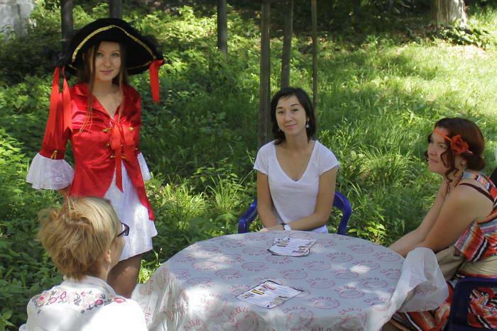 Шеф-повар кафе Cat's Катерина с гостями. Фото: Николай Карпов/Великая Эпоха (The Epoch Times)