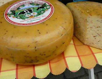 Полутвердый сыр с добавками. Фото: Лариса Чугунова/Великая Эпоха